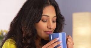 Mujer mexicana que goza de su taza de café Foto de archivo libre de regalías