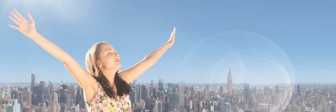 Mujer milenaria con los brazos hacia fuera contra horizonte y el cielo del verano con la llamarada Foto de archivo