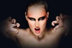 Mujer misteriosa con asustar la expresión. Foto de archivo libre de regalías