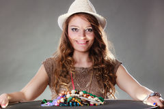 Mujer misteriosa con las gotas de los collares de la joyería Fotografía de archivo