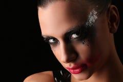 Mujer misteriosa con maquillaje Cierre para arriba Fondo gris Foto de archivo