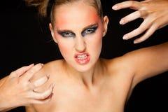 Mujer misteriosa con maquillaje extravagante Foto de archivo libre de regalías