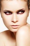 Mujer misteriosa con maquillaje sangriento mojado de la manera Foto de archivo
