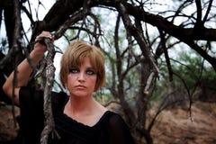 Mujer misteriosa en las maderas Foto de archivo libre de regalías