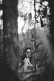 Mujer misteriosa en las maderas Fotos de archivo