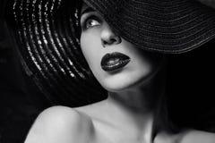 Mujer misteriosa en sombrero negro Fotos de archivo libres de regalías