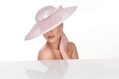 Mujer misteriosa en sombrero rosa claro elegante Fotos de archivo