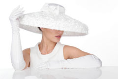 Mujer misteriosa en sombrero y glowes blancos elegantes Foto de archivo libre de regalías