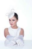 Mujer misteriosa en sombrero y glowes blancos elegantes Fotografía de archivo