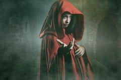 Mujer misteriosa en un pueblo de piedra foto de archivo libre de regalías