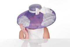 Mujer misteriosa en Violet Hat ligera elegante Imágenes de archivo libres de regalías