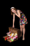 Mujer modela joven con la maleta abierta vieja Imagen de archivo