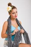 Mujer modela joven que hace punto una bufanda fotos de archivo libres de regalías