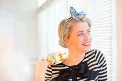 Mujer modela joven que muestra la alarma y la sonrisa Foto de archivo