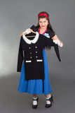 Mujer modela que intenta el nuevo vestido Foto de archivo