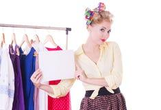 Mujer modela que lleva a cabo la nota en blanco sobre la suspensión Fotos de archivo