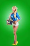 Mujer modela que sostiene un bolso Imagen de archivo libre de regalías