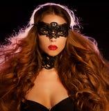 Mujer modelo atractiva en la máscara veneciana del carnaval de la mascarada Fotografía de archivo libre de regalías