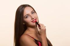 Mujer modelo joven que hace maquillaje en blanco Fotos de archivo libres de regalías