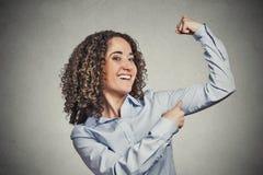 Mujer modelo sana joven apta que dobla los músculos que le muestran fuerza Fotos de archivo libres de regalías