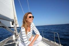 Mujer moderna atractiva con las gafas de sol en una travesía Imágenes de archivo libres de regalías