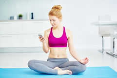 Mujer moderna de la yogui foto de archivo