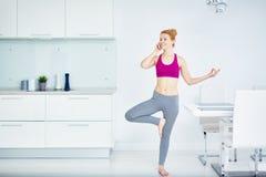 Mujer moderna de la yogui que practica en casa imágenes de archivo libres de regalías