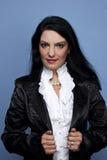 Mujer moderna en chaqueta negra del satén Imagenes de archivo