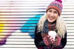 Mujer moderna en un sombrero con una taza Copie el espacio Fotografía de archivo libre de regalías