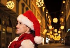 Mujer moderna feliz en sombrero de la Navidad en Florencia, Italia Imágenes de archivo libres de regalías