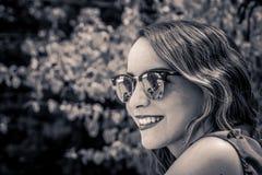 Mujer moderna joven con las gafas de sol y la expresión casual Imagen de archivo