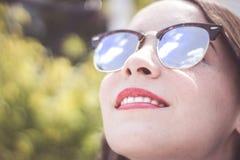 Mujer moderna joven con las gafas de sol y la expresión casual Imágenes de archivo libres de regalías