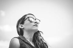 Mujer moderna joven con las gafas de sol y la expresión casual Foto de archivo