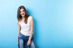 Mujer moderna que sonríe en azul foto de archivo libre de regalías