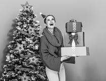 Mujer moderna sonriente con la pila de cajas del regalo de Navidad Fotografía de archivo