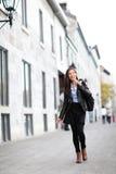 Mujer moderna urbana que camina en calle de la ciudad Fotografía de archivo libre de regalías