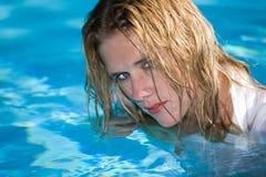 Mujer mojada atractiva Foto de archivo libre de regalías