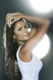 Mujer mojada atractiva en la tapa del tanque blanca del perfil Imagen de archivo libre de regalías