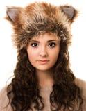 Mujer morena astuta en un sombrero del Fox Imagenes de archivo