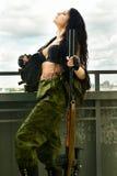 Mujer morena atractiva con el arma Fotografía de archivo