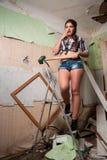 Mujer morena atractiva con el martillo de trineo Fotografía de archivo