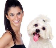 Mujer morena atractiva con su pequeño perro Fotos de archivo libres de regalías