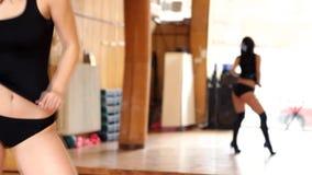 Mujer morena atractiva en el baile negro del leotardo metrajes