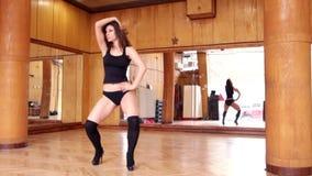 Mujer morena atractiva en el baile negro del leotardo almacen de metraje de vídeo