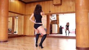 Mujer morena atractiva en el baile negro del leotardo almacen de video