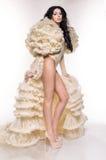 Mujer morena atractiva en las ropas interiores blancas y bolero mullido ligero Fotos de archivo libres de regalías