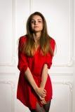 Mujer morena atractiva en una camisa roja foto de archivo libre de regalías