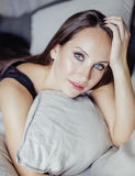 Mujer morena bastante joven en interior del dormitorio Fotografía de archivo