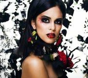 Mujer morena bonita con m color de rosa de la joyería, negro y rojo, brillante imagenes de archivo