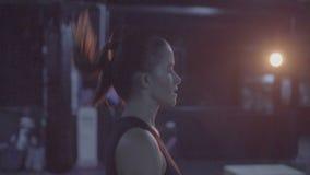 Mujer morena bonita de la aptitud en el gimnasio almacen de metraje de vídeo